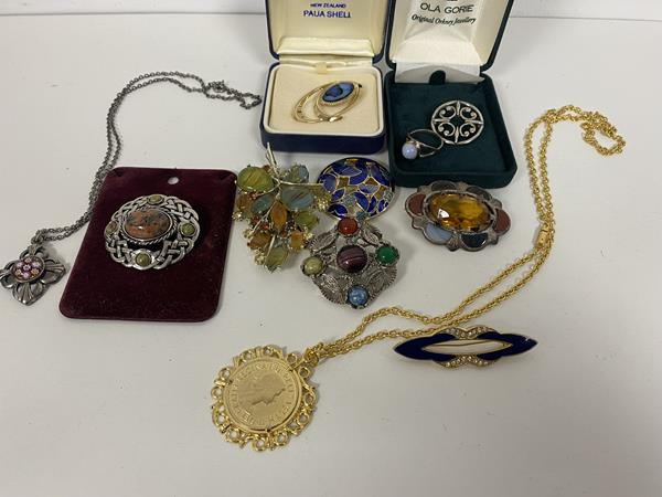 A Lalique opalescent glass bowl in the Volubilis pattern, etched R. Lalique France mark. Diameter 21.5cm, £200-400